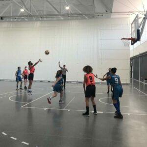 Equipo infantil jugando a baloncesto